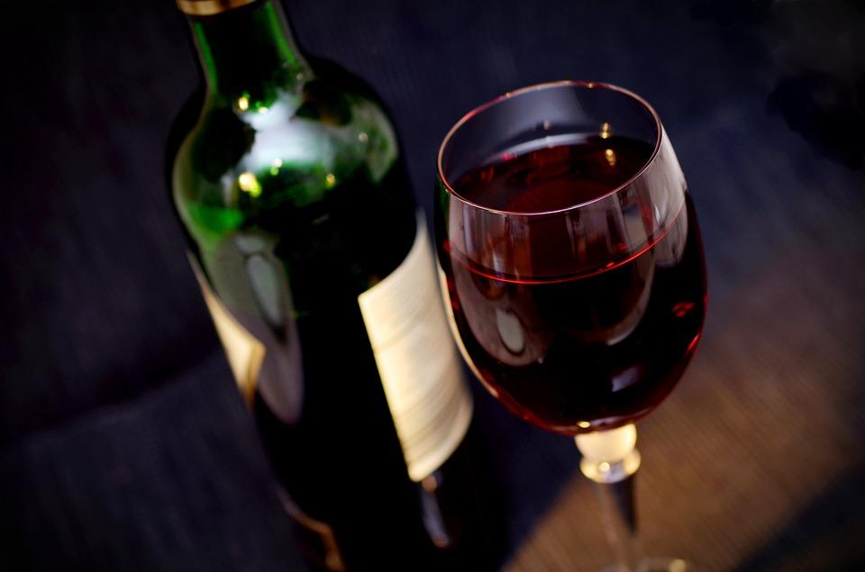 【山梨県甲州市の求人】冷房が効いた部屋で機械を使ってワインボトルのラベル貼り補助業務!!暑い夏でも涼しくお仕事!!